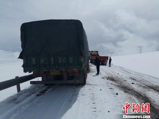 唐古拉山反复降雪西藏交警:进出藏驾驶员要有应急准备
