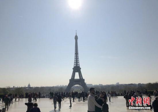法国迎来埃菲尔铁塔落成130周年